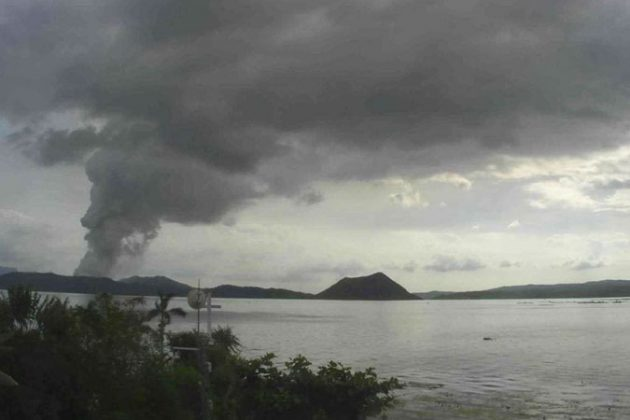 Taal Volcano 1 011320 630x420 - Residents flee as Taal Volcano spews ash column